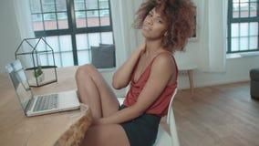 Porträt der jungen afroen-amerikanisch Frau, die Kamera und das Lächeln betrachtet stock video footage