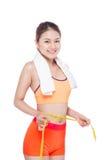 Porträt der jungen asiatischen Frau der Eignung mit dem Tuch, das measuri hält Stockfoto