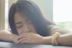 Porträt der jungen asiatischen Frau halten auf Sofa, hohe Schlüsselbildart, natürliches Farbbild, Weichzeichnung ein Schläfchen Stockbilder