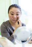 Porträt der jungen asiatischen Frau mit Bürste für Make-up stockbild