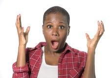 Porträt der jungen attraktiven überraschten und entsetzten afroen-amerikanisch Frau im Unglauben, die etwas überrascht mit Mund s stockbild