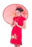 Porträt der jungen attraktiven Frau auf roten Japaner kleiden mit um an Lizenzfreie Stockfotos