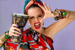 Porträt der jungen attraktiven Frau in der afrikanischen Art Lizenzfreies Stockbild