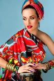 Porträt der jungen attraktiven Frau in der afrikanischen Art Lizenzfreies Stockfoto