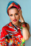 Porträt der jungen attraktiven Frau in der afrikanischen Art Stockbilder