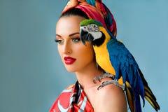 Porträt der jungen attraktiven Frau in der afrikanischen Art Lizenzfreie Stockfotografie