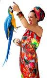 Porträt der jungen attraktiven Frau in der afrikanischen Art mit Aronstäben Lizenzfreie Stockfotos
