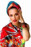 Porträt der jungen attraktiven Frau in der afrikanischen Art mit Aronstäben Lizenzfreies Stockfoto