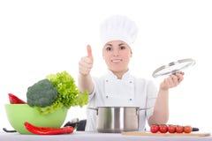 Porträt der jungen attraktiven Kochfrau im einheitlichen kochenden isola Stockbilder