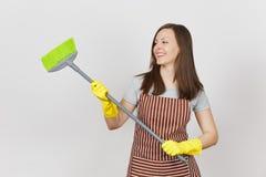 Porträt der jungen attraktiven lächelnden kaukasischen Hausfrau des Brunette auf weißem Hintergrund Schöne Haushälterinfrau stockbild