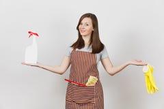 Porträt der jungen attraktiven lächelnden kaukasischen Hausfrau des Brunette auf weißem Hintergrund Schöne Haushälterinfrau stockfotos