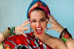 Porträt der jungen attraktiven schreienden Frau in der afrikanischen Art Stockfotos