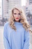 Porträt der jungen blonden Frau mit modischem bilden mit den roten Lippen Stockfotografie