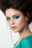 Porträt der jungen Brunettefrau in einem Türkiskleid Stockbild
