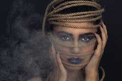 Porträt der jungen Frau über Seil mit schwarzem Hintergrund Mode, außerordentliches Make-up und Face lifting-Konzept lizenzfreies stockbild