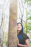 Porträt der jungen Frau atmen im Wald tief ein stockfotos