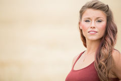 Porträt der jungen Frau auf dem großen Weizengebiet Lizenzfreie Stockfotos
