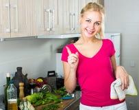 Porträt der jungen Frau auf Küche Lizenzfreie Stockbilder