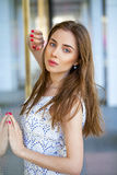 Porträt der jungen Frau auf Sommerstraße Stockfotos