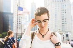 Porträt der jungen Frau in Chicago mit USA-Flagge auf Hintergrund stockfoto