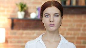 Porträt der jungen Frau, Dachboden stock video