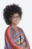 Porträt der jungen Frau in den stehenden Händen der afrikanischen Druckkleidung faltete grauen Hintergrund zusammen Lizenzfreie Stockbilder