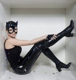 Porträt der jungen Frau der Schönheit in der Maske mögen Katze im weißen Kasten Stockbild