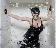 Porträt der jungen Frau der Schönheit in der Maske mögen Katze im weißen Kasten Lizenzfreies Stockbild