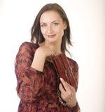 Porträt der jungen Frau der Schönheit mit der Handtasche lokalisiert Stockfoto