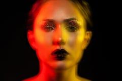 Porträt der jungen Frau der Schönheit shoted mit Mischlichtern Stockfotos