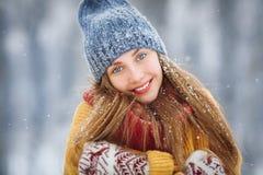 Porträt der jungen Frau des Winters Schönheit frohes vorbildliches Girl, das Spaß im Winterpark lacht und hat Schöne junge Frau lizenzfreie stockfotografie