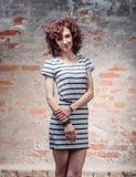 Porträt der jungen Frau draußen gegen alte Wand Weiche sonnige Farbe Lizenzfreie Stockfotografie