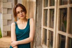 Porträt der jungen Frau durch alte Wand Lizenzfreie Stockfotografie