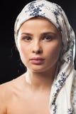 Porträt der jungen Frau ein Kopftuch tragend lizenzfreie stockfotos