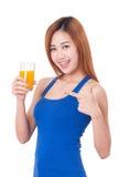 Porträt der jungen Frau Glas Orangensaft halten Lizenzfreie Stockfotos