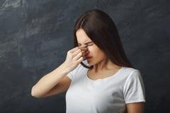 Porträt der jungen Frau hat Kopfschmerzen lizenzfreie stockfotos