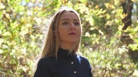 Portr?t der jungen Frau in Herbst buntem Park, Herbstlaub mit einem L?cheln genie?end Langsame Bewegung 3840x2160 stock video