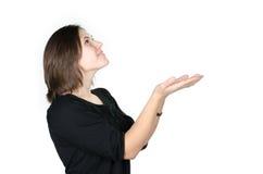 Porträt der jungen Frau Ihr Produkt zeigend Lizenzfreie Stockfotos