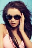 Porträt der jungen Frau im Bikini, der in einer Hängematte im vacat sich entspannt Stockbilder