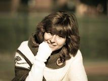 Porträt der jungen Frau im Freien in der Sonne Stockbilder