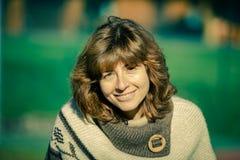 Porträt der jungen Frau im Freien in der Sonne Lizenzfreie Stockfotografie