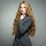 Porträt der jungen Frau im Herbstmantel Stockfotos