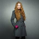 Porträt der jungen Frau im Herbstmantel Lizenzfreie Stockfotos