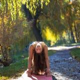 Porträt der jungen Frau im Herbststadtpark Sportmädchen, das draußen Yoga tut Stockbilder