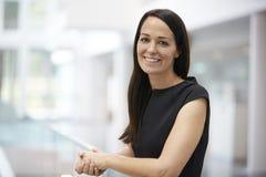 Porträt der jungen Frau im modernen Hochschulinnenraum lizenzfreies stockbild