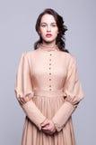 Porträt der jungen Frau im Retro- Kleid stockfotos