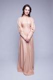 Porträt der jungen Frau im Retro- Kleid lizenzfreies stockbild