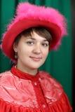 Porträt der jungen Frau im Rot Stockbild
