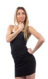 Porträt der jungen Frau im schwarzen Kleid, das Ecke betrachtet Stockfotografie