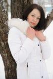 Porträt der jungen Frau im Weiß an einem Baum lizenzfreies stockfoto